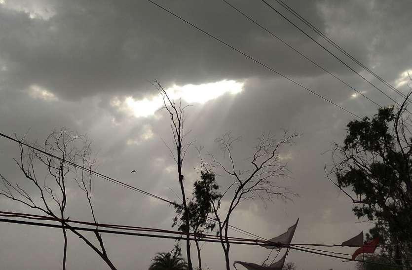 सुबह से तेज धूप के बाद दोपहर में छाए बादल रिमझिम बरसे