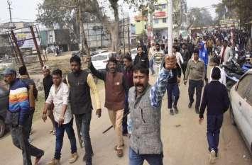 बिना पुलिस बल के अतिक्रमण हटाने पहुंचे कर्मचारी, लोगों ने लाठियां भांजकर भगाया