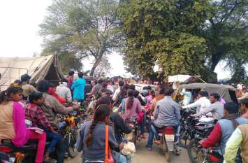 घुरैल मेले में दुकानें लगाई, लोगों को चकमा देकर चुरा लिए थे मोबाइल-पर्स, 19 के खिलाफ मामला दर्ज