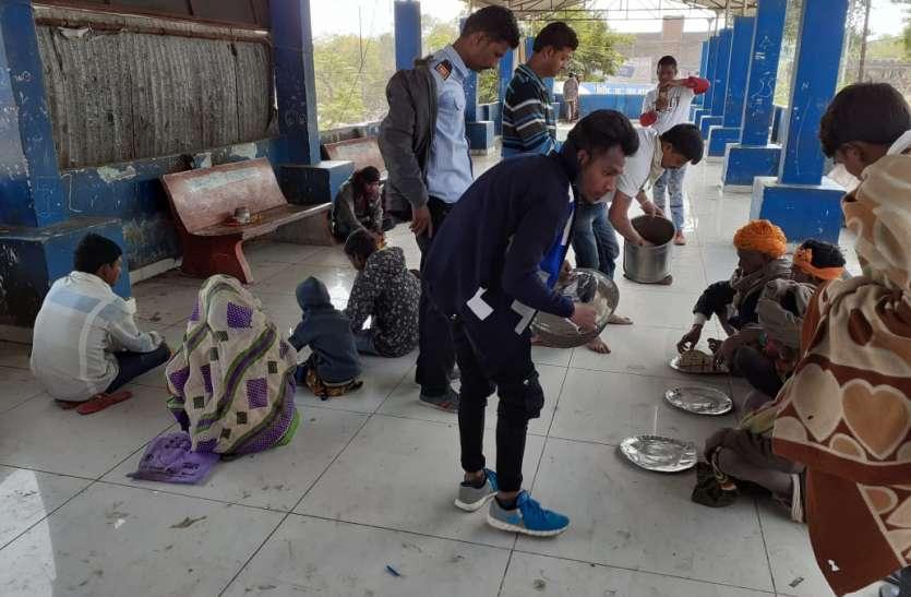 युवा मिलकर कर रहे भूखे लोगों के लिए भोजन की व्यवस्था