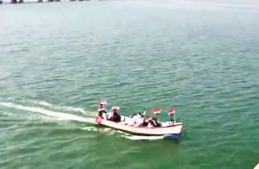 यहाँ नाव में सवार होकर लोग पहुंचे विरोध प्रदर्शन में, सीएए के खिलाफ जमकर उठी आवाज