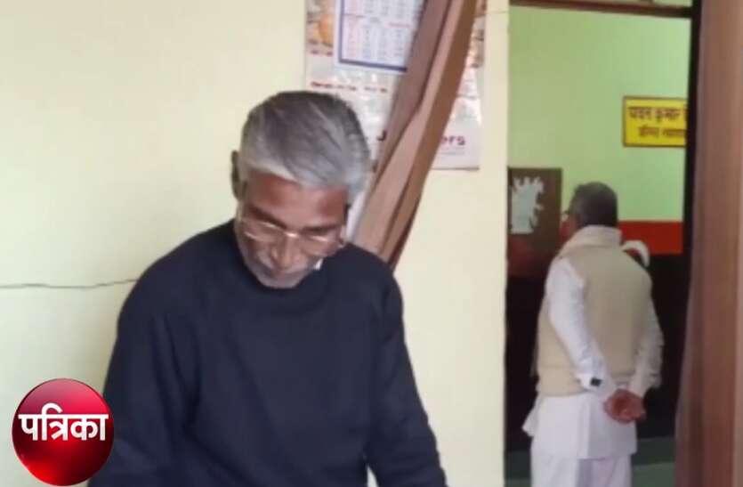 BSA ऑफिस के रजिस्टर में हाजिरी लगाकर गायब मिले सरकारी बाबू, अधिकारियों ने जांच कर कार्रवाई के दिए आदेश- देखें वीडियाे
