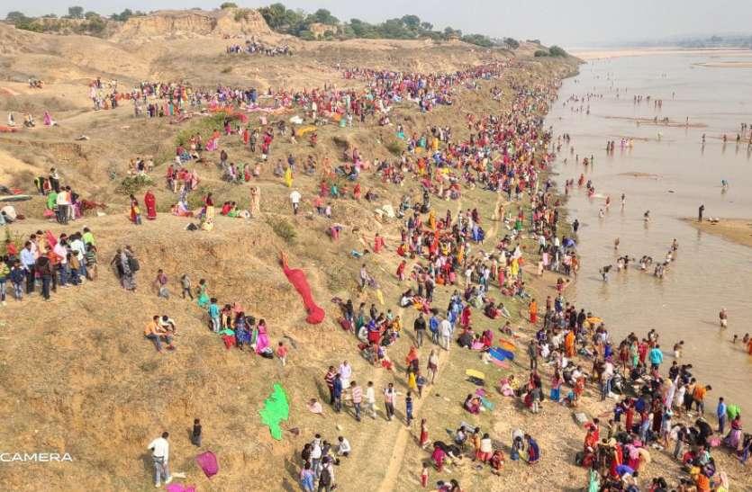 सोन नदी के घाटों में दूसरे दिन भी उमड़ी श्रद्धालुओं की भीड़, शुभ मुहुर्त पर लगाई आस्था की डुबकी