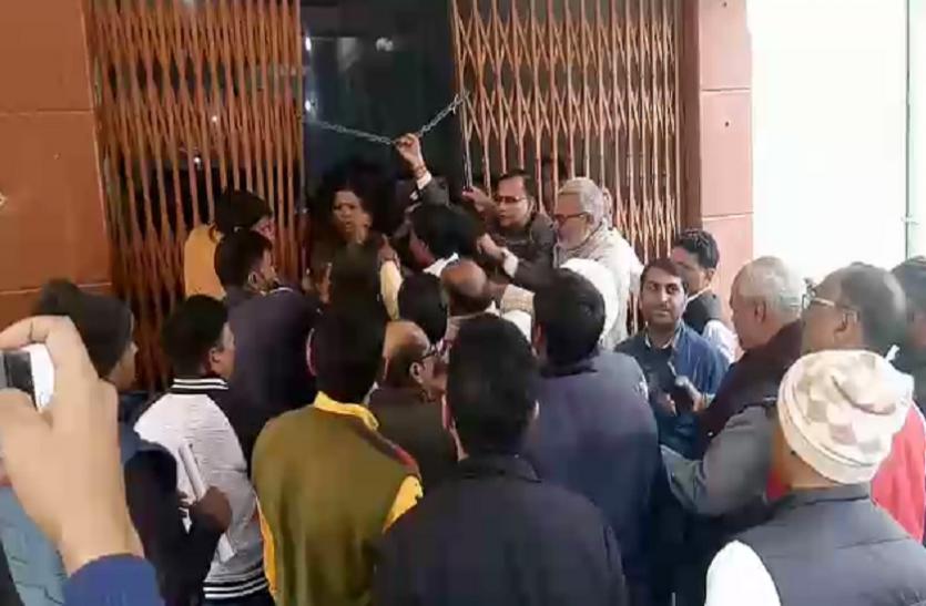 काशी विद्यापीठ में प्रबंधकों व सुरक्षाकर्मियों मेें भिड़ंत, महिला सुरक्षाकर्मी से बदसलूकी