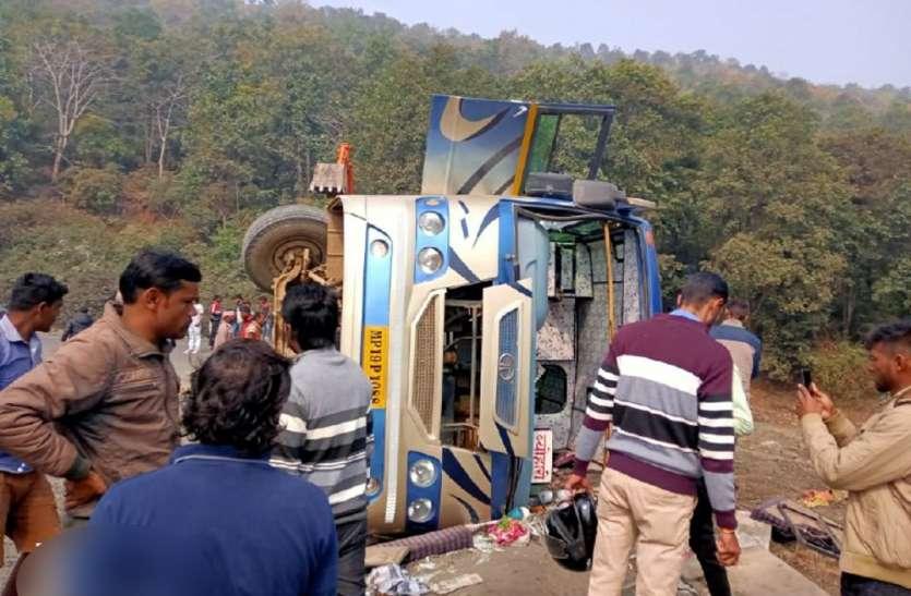चरकी घाटी में भीषण सड़क हादसा, अनियंत्रित बस पलटने से 15 यात्री घायल, 4 जिलों में मचा हड़कंप