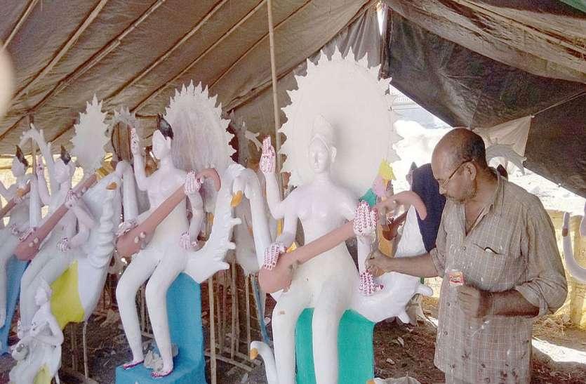 सरस्वती की मूर्तियां बनाने में जुट गए कारीगर