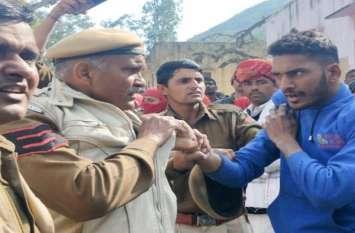 पंचायत चुनाव: मतदान केन्द्र पर बवाल, युवक ने पुलिसकर्मी को मारा थप्पड़, वर्दी पकड़ी, देखें VIDEO