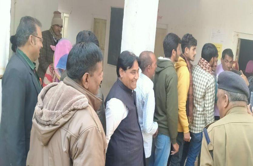 सरकारी स्कूल में कतार में लगे शिक्षा मंत्री गोविंद सिंह डोटासरा, देखते रह गए लोग