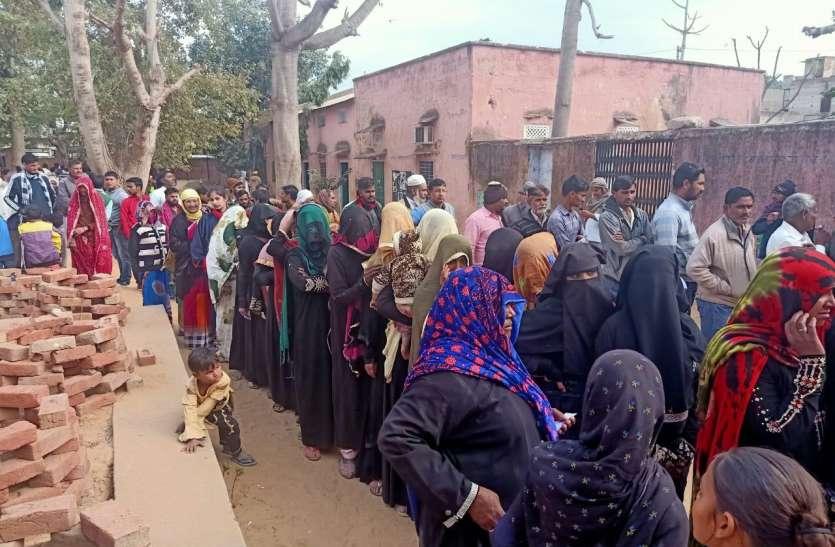 गांव की सरकार चुनने के लिए मतदाताओं ने उत्साह से किया मतदान