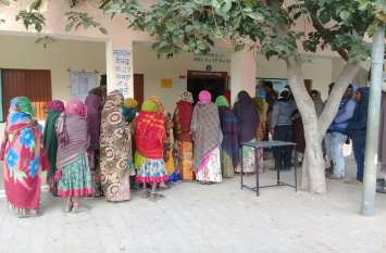 44 सरपंचों, 325 वार्ड पंच के लिए मतदाताओं की बूथों पर लगी कतारें
