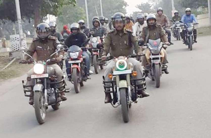 सडक़ सुरक्षा सप्ताह : यातायात नियमों का पालन करने पुलिस ने दिलाया शपथ, निकाली बाइक रैली