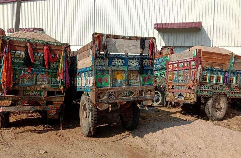 बजरी से भरी पांच ट्रैक्टर-ट्रॉलियां जब्त, दो कारों सहित पुलिस की रैकी कर रहे दस जनों को भी किया गिरफ्तार