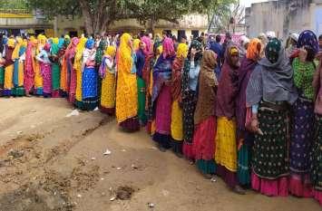 अलवर में गांव की सरकार चली तीन कदम