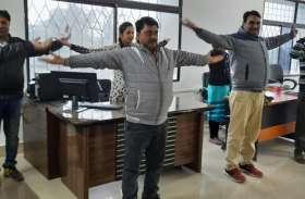 देश का पहला सरकारी दफ्तर, जहां अधिकारी और कर्मचारी एक साथ करते हैं योग