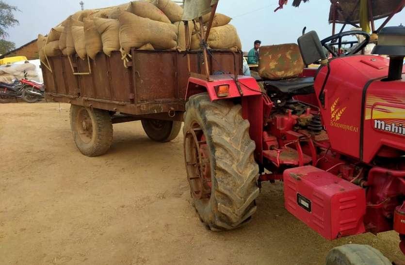 किसान के नाम पर व्यापारी द्वारा बेची जा रही थी धान