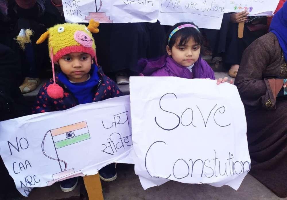उत्तर प्रदेश में चार 'शाहीनबाग', ठंड में सीएए-एनआरसी के खिलाफ मुस्लिम महिलाओं का बच्चों संग प्रदर्शन