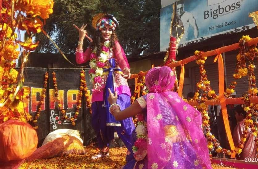 कलशयात्रा में रथ पर नाचते-गाते राधा-कृष्ण रहे आकर्षण का केंद्र