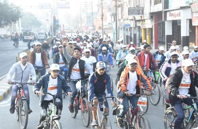 सड़कों पर दौड़ी साइकिल, दिया संदेश