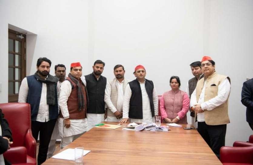 अखिलेश यादव ने बसपा और बीजेपी को दिया बड़ा झटका, 12 दिग्गज नेता सपा में हुए शामिल