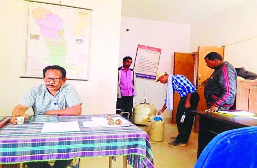 दो वर्षों बाद खुला पशु चिकित्सालय का ताला, कलेक्टर के निर्देश पर विभाग के उपसंचालक पहुंचे मैनपुर