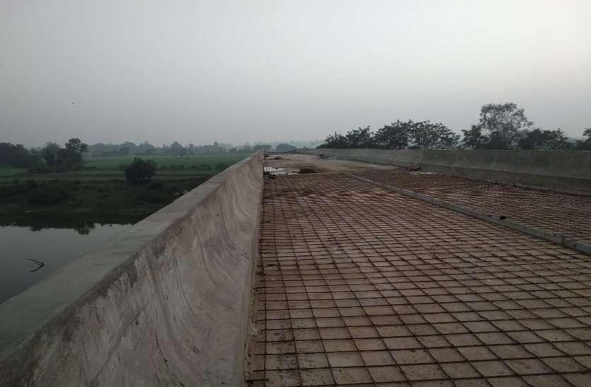 तीन वर्ष में भी पूरा नहीं हो सका पुल का निर्माण कार्य