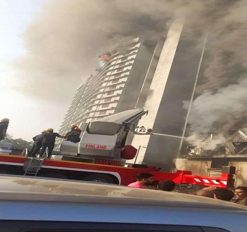Surat / बहुमंजिला कपडा मार्केट में भीषण आग, आठ घंटे बाद भी आग बेकाबू