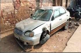 अवैध शराब से भरी कार बेकाबू होकर पलटी, लोगों के करीब आने से पहले ही घायल चालक भागा