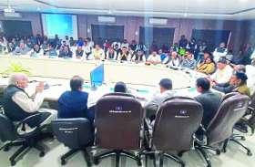बैठक में पूर्व विधायक अंबिका शुक्ला ने प्रभारी मंत्री शर्मा के सामने हाथ जोडकर क्या कहा देखें, विडियो