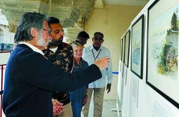 चित्रों को पर्यटकों सहित कला प्रेमियों ने भी खूब सराहा