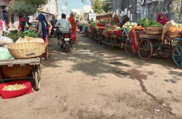 सख्त कार्रवाई नहीं होने से सब्जी के ठेले सड़क पर, मंडी विरान