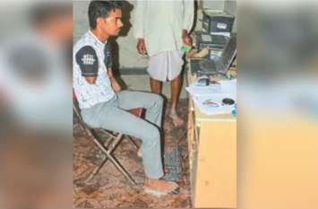 इस युवक ने हाथ गंवा दिए पर हौसला कायम, पैरों से चला रहे कम्प्यूटर