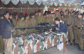 हाथों में राइफल लिए विद्यार्थियों ने कहा हम भी होंगे सेना में भर्ती