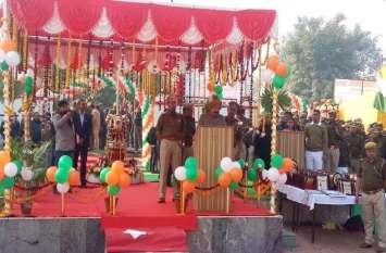 Republic Day पर पुलिस लाइन में शानदार परेड, राज्यमंत्री चौ. उदयभान सिंह ने UP Police को सराहा, देखें वीडियो