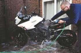 बाइक धोने से खराब हो जाता है पेंट, इस तरह सालों-साल रखें नई