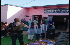 ध्वजारोहण करते समय हुआ हादसा,आंगनबाड़ी कार्यकर्ता घायल, देखें वीडियो
