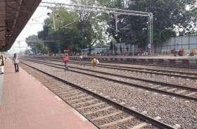 रेलवे स्टेशन पर जान का जोखिम उठाकर सब लोग कर रहे लाइन क्रास