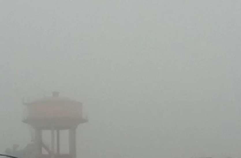 रिमझिम बारिश के बाद ग्रामीण क्षेत्रों में छाया कोहरा