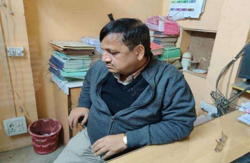 बैंक में डकैतीः स्टाफ की पिटाई, प्रबंधक की कनपटी पर तमंचा रखकर गोली मारने की धमकी दी, 3 लाख रुपये लेकर फरार