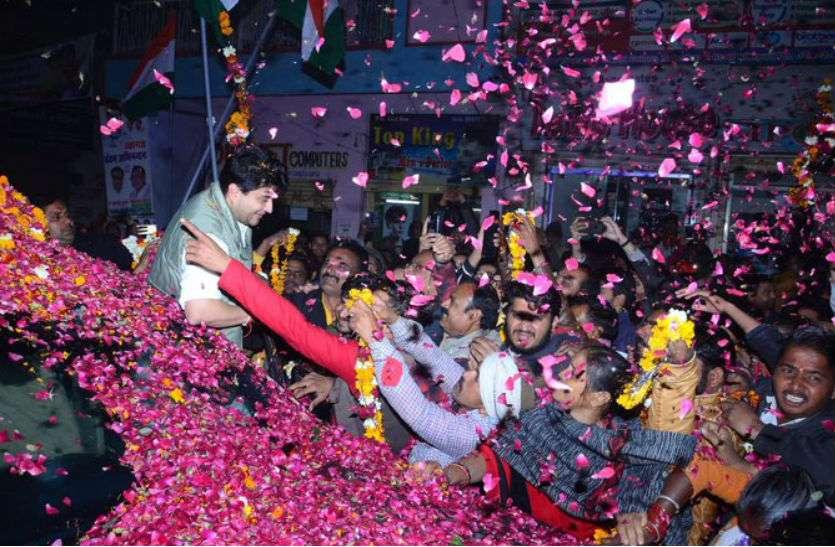 हार के बाद भी महाराज ही हैं यहां के 'राजा', पहुंचे तो हुई फूलों की बारिश और मनी दिवाली