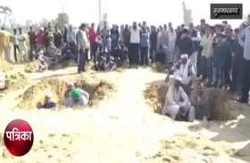 Muzaffarnagar: मुआवजे की मांग को लेकर किसानों ने किया अनोखा प्रदर्शन, देखें वीडियो