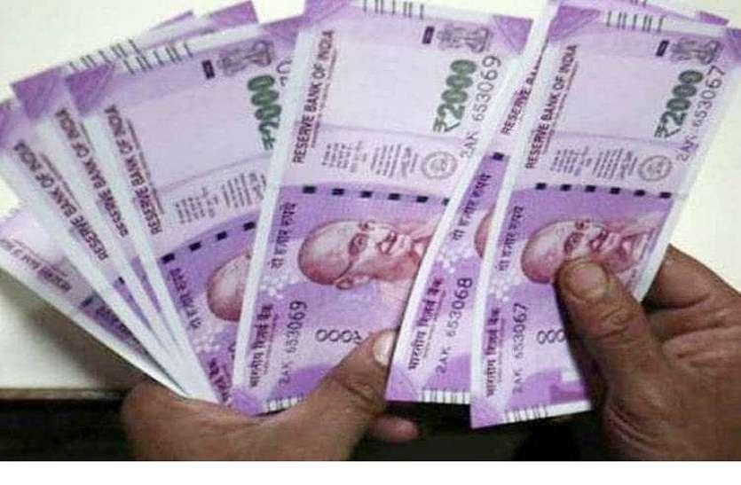 दस रुपए हवा में गायब कर तांत्रिक ने कर दी नोटों की बारिश, इतने नोट बरसे कि....