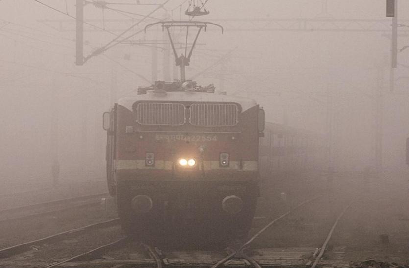पहाड़ों पर बर्फबारी से हवा में ठंडक बरकरार, मौसम की वजह से दिल्ली आने वालीं 10 ट्रेनें लेट