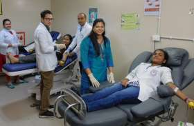 एम्स रायपुर के नर्सिंग कॉलेज की छात्राओं ने किया रक्तदान