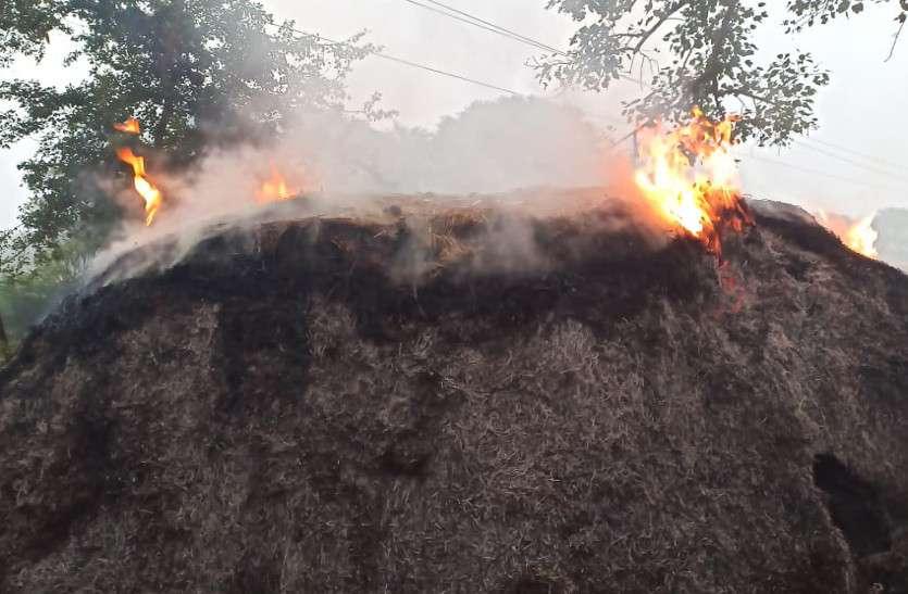चार खरही व नवनिर्वाचित सरपंच के खलिहान में रखे पैरे को असामाजिक तत्वों ने किया आग के हवाले