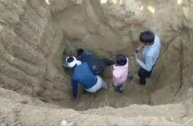 बोरबेल में गिरी मासूम को ग्रामीणों ने जान पर खेलकर बचाया