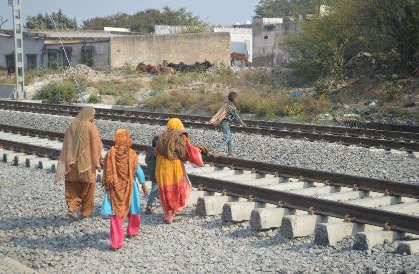 kishangarh people on that track where train arrive
