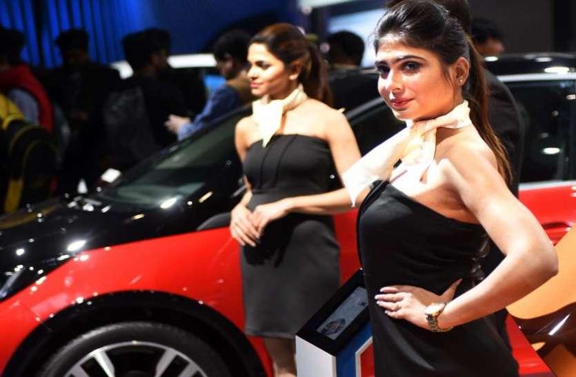 Auto Expo 2020: गाड़ियों के सामने खड़े होने वाले मॉडल्स की हकीकत, घंटो खड़े रहने के लिए मिलते हैं केवल 3 से 4 हजार रुपए