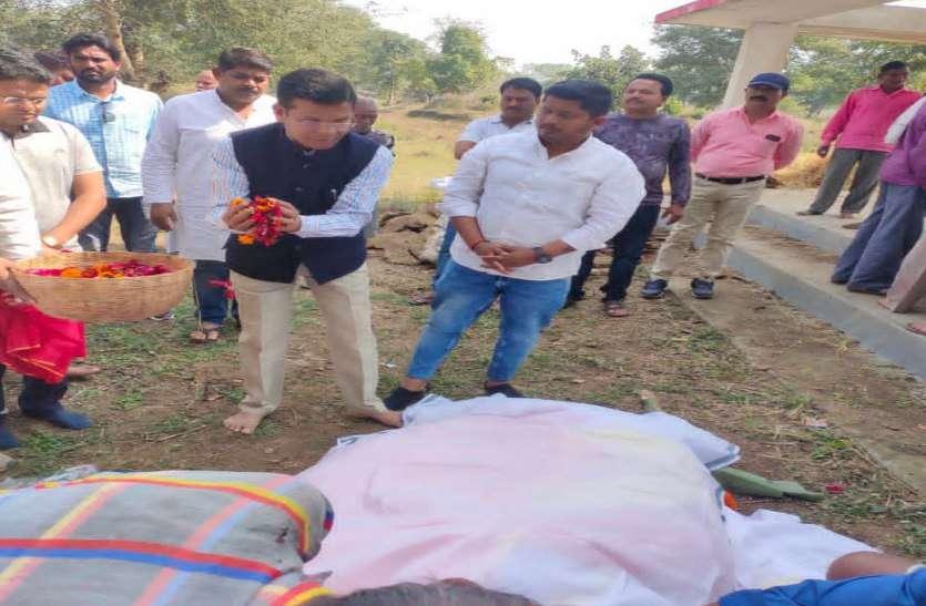 महिला बाल विकास मंत्री अनिला भेडिय़ा की माता का निधन, श्रद्धांजलि देने गृहग्राम पहुंचे PCC चीफ मोहन मरकाम