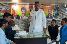 आप की जीत पर प्रसपा नेताओं ने बांटी मिठाई, दिल्ली में बीजेपी के साथ हारे सीएम योगी