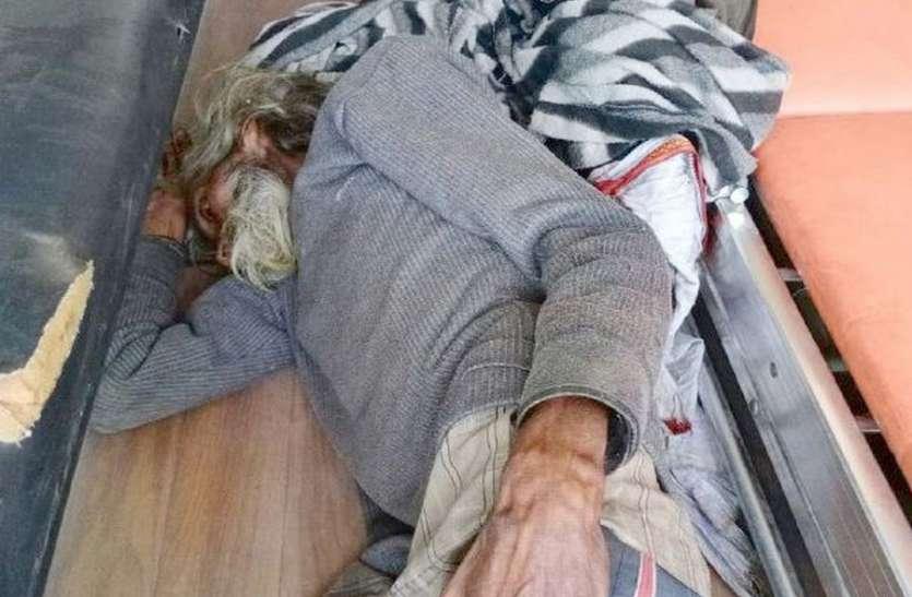 एक घंटे तक एंबुलेंस में पड़ा रहा लावारिस बुजुर्ग